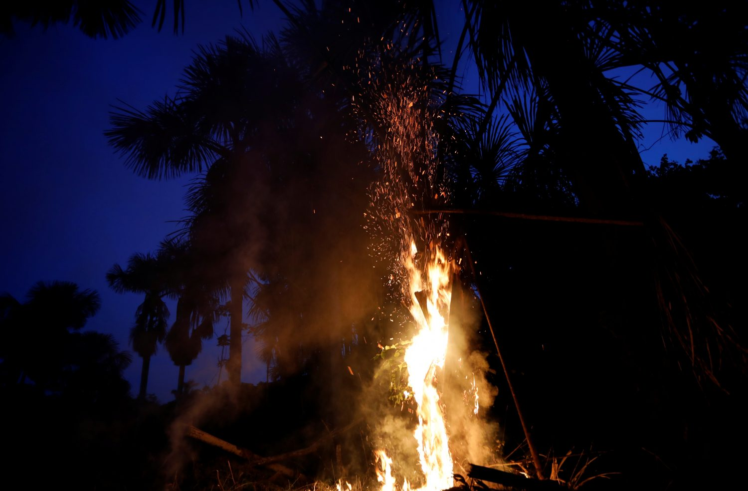 FILE PHOTO: A tract of the Amazon jungle burns as it is cleared in Iranduba, Amazonas state, Brazil August 22, 2019. REUTERS/Bruno Kelly