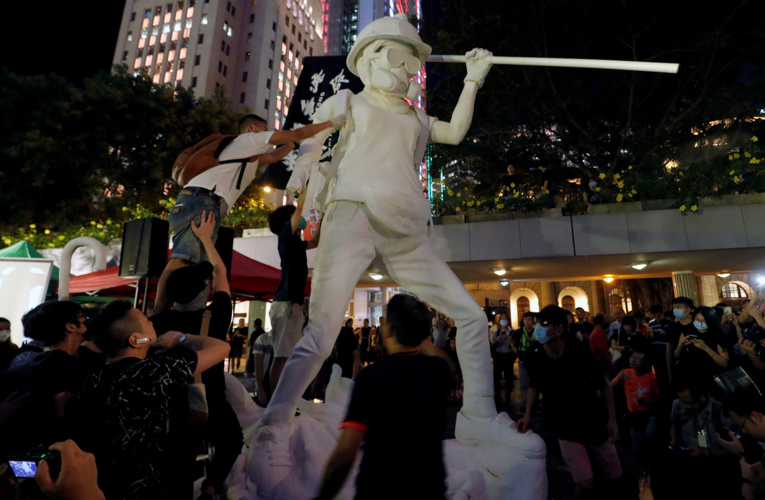 "Protesters erect the Lady Liberty Hong Kong statue during the ""No White Terror No Chinazi"" rally in Chater Garden, Hong Kong, China September 6, 2019. REUTERS/Amr Abdallah Dalsh"